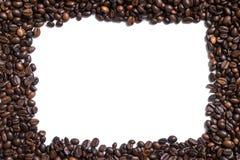 Fundo branco com os feijões de café no lado quatro Fotografia de Stock