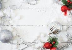 Fundo branco de madeira do Natal do ano novo com bolas e ouropel Imagem de Stock Royalty Free