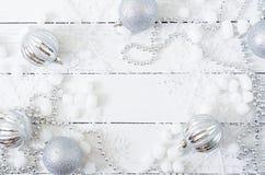 Fundo branco de madeira do Natal do ano novo com bolas e ouropel Fotografia de Stock Royalty Free