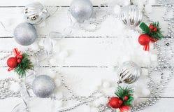 Fundo branco de madeira do Natal do ano novo com bolas e ouropel Imagens de Stock Royalty Free