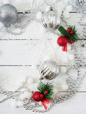 Fundo branco de madeira do Natal do ano novo com bolas e ouropel Fotos de Stock Royalty Free