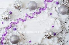 Fundo branco de madeira do Natal do ano novo com bolas e ouropel Foto de Stock Royalty Free