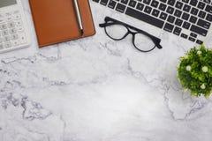 fundo branco do espaço de funcionamento de mesa de escritório do modelo da Liso-configuração foto de stock royalty free