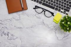 fundo branco do espaço de funcionamento de mesa de escritório do modelo da Liso-configuração fotos de stock