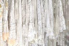 Fundo branco do laço, conceito do casamento, forma fêmea do verão imagens de stock