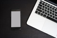 Fundo branco do telefone celular com teclado do portátil Foto de Stock