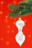 Fundo branco do vermelho do ornamento de Cristmas Fotografia de Stock