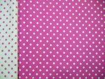 Fundo branco e cor-de-rosa do às bolinhas Fotografia de Stock Royalty Free