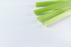 Fundo branco e verde lateral de canto com aipo verde cru Imagens de Stock