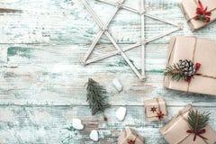 Fundo branco Espaço para a mensagem do ` s de Santa Estrela de madeira Cartão do Natal, Natal, ano novo e Xmas Imagem de Stock