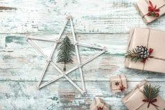 Fundo branco Espaço para a mensagem do ` s de Santa Estrela de madeira Cartão do Natal, Natal, ano novo e Xmas Imagem de Stock Royalty Free