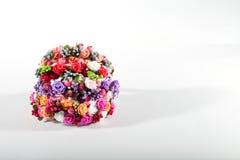 Fundo branco, flores artificiais Fotografia de Stock Royalty Free