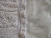 Fundo branco horizontal de pano com texturas lisas e nubby e espaço para a cópia fotografia de stock