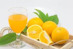 Fundo branco isolado do suco de laranja laranja fresca Foto de Stock