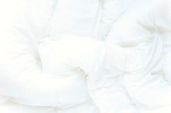 Fundo branco macio das folhas de cama Foto de Stock