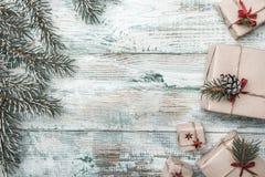Fundo branco Ramo do abeto Espaço para a mensagem do ` s de Santa Cartão do Natal, Natal, ano novo e Xmas Imagem de Stock Royalty Free