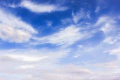 Fundo: céu com nuvens Foto de Stock