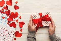 Fundo, caixa de presente e corações do dia de são valentim na madeira branca Fotos de Stock Royalty Free