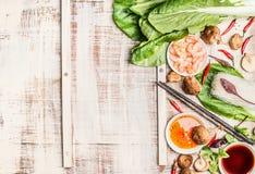 Fundo chinês ou tailandês do alimento com o asiático que cozinha ingredientes, fundo rústico claro foto de stock