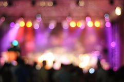 Fundo cintilante fora de foco de um grupo de fase da sala de concertos imagens de stock