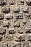 Fundo cinzento da parede de pedra no meio-dia fotos de stock