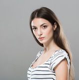 Fundo cinzento de levantamento de sorriso puro macio bonito do retrato bonito da jovem mulher Fotografia de Stock