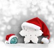 Fundo cinzento do Natal com chapéu de Santa Ano novo feliz Imagem de Stock