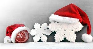 Fundo cinzento do Natal com chapéu de Santa Ano novo feliz Fotografia de Stock Royalty Free