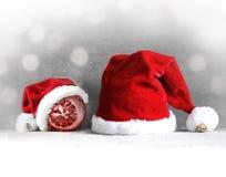 Fundo cinzento do Natal com chapéu de Santa Ano novo feliz Foto de Stock Royalty Free