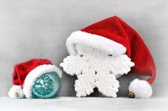 Fundo cinzento do Natal com chapéu de Santa Ano novo feliz Fotografia de Stock