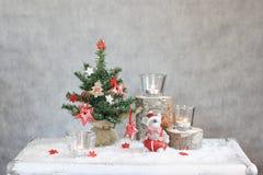 Fundo cinzento do Natal com velas e árvore Fotografia de Stock Royalty Free