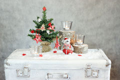 Fundo cinzento do Natal com velas e árvore Fotografia de Stock