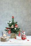 Fundo cinzento do Natal com velas e árvore Imagem de Stock