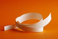 Fundo circular branco da laranja das tiras de papel imagem de stock royalty free