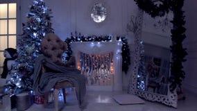 Fundo clássico do ano novo e do Natal, nivelando a vista com luz da lâmpada, a festão de piscamento e as velas na chaminé artific video estoque