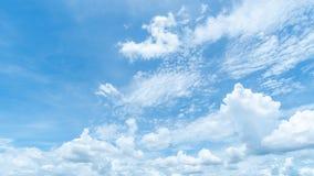 Fundo claro do c?u azul, nuvens com fundo foto de stock royalty free