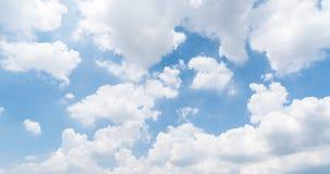 Fundo claro do c?u azul, nuvens com fundo imagens de stock