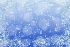Fundo claro dos flocos de neve do Natal Este menino gosta de esportes e de jogos ao ar livre Foto de Stock