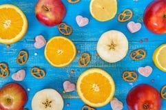 Fundo colorido brilhante com limão do citrino, laranja, cortando as maçãs, doces da geleia Foto de Stock