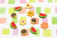 Fundo colorido, com os doces no assoalho Imagens de Stock Royalty Free
