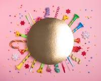 Fundo colorido da celebração com confetes, flâmulas e decoração do vário partido Conceito mínimo do partido Configuração lisa fotos de stock royalty free