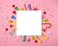 Fundo colorido da celebração com confetes, flâmulas e decoração do vário partido Conceito mínimo do partido Configuração lisa fotografia de stock