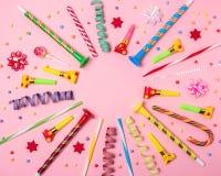 Fundo colorido da celebração com confetes, flâmulas e decoração do vário partido Conceito mínimo do partido Configuração lisa fotografia de stock royalty free