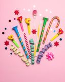 Fundo colorido da celebração com confetes, flâmulas e decoração do vário partido Conceito mínimo do partido Configuração lisa foto de stock