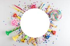 Fundo colorido da celebração com confetes, flâmulas e decoração do vário partido Conceito mínimo do partido Configuração lisa fotos de stock