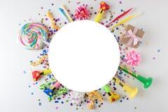 Fundo colorido da celebração com confetes, flâmulas e decoração do vário partido Conceito mínimo do partido Configuração lisa imagem de stock royalty free