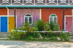 Fundo colorido da parede do ferro na vila de Tailândia fotos de stock royalty free