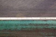 Fundo colorido do asfalto com as listras brancas e verdes foto de stock