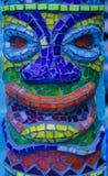 Fundo colorido do teste padrão do detalhe da cabeça do homem do tiki da telha de mosaico fotografia de stock royalty free