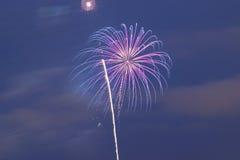 Fundo colorido dos fogos-de-artifício do feriado no quadro horizontal Imagens de Stock Royalty Free